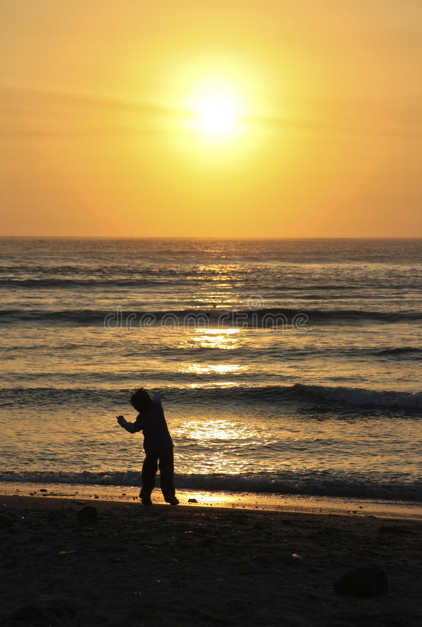 Pietra Di Lancio Del Bambino Nell Oceano Immagini Stock Libere da Diritti