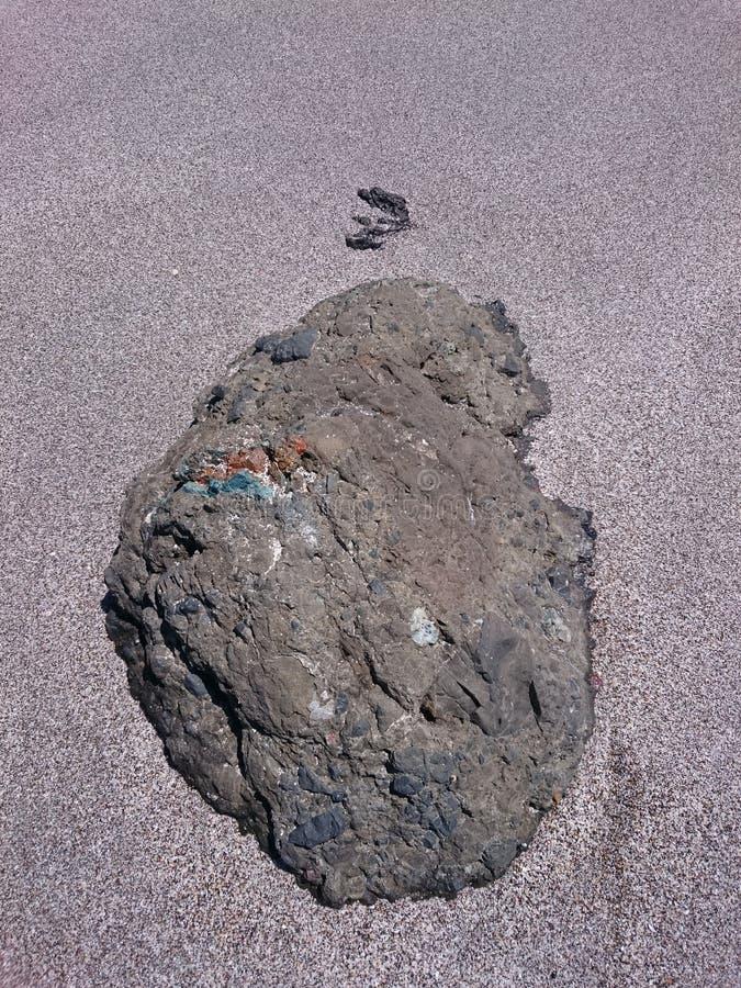 Pietra di Vulcanic nella spiaggia sabbiosa di Montezuma fotografia stock libera da diritti