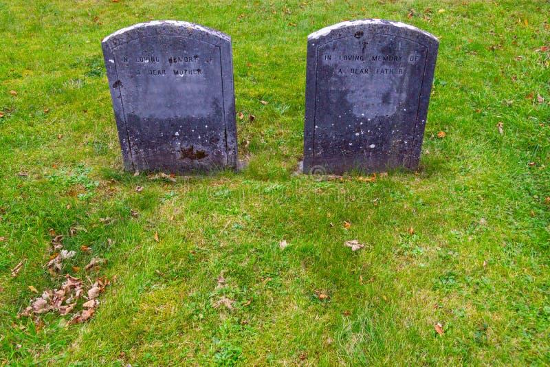 Pietra grave in un cimitero fotografie stock libere da diritti