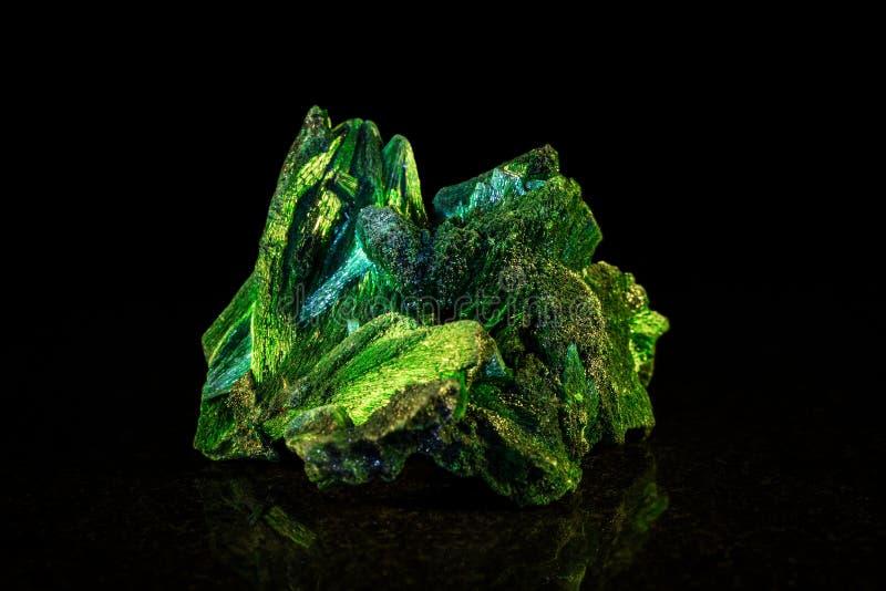 Pietra minerale della malachite davanti al nero immagine stock libera da diritti