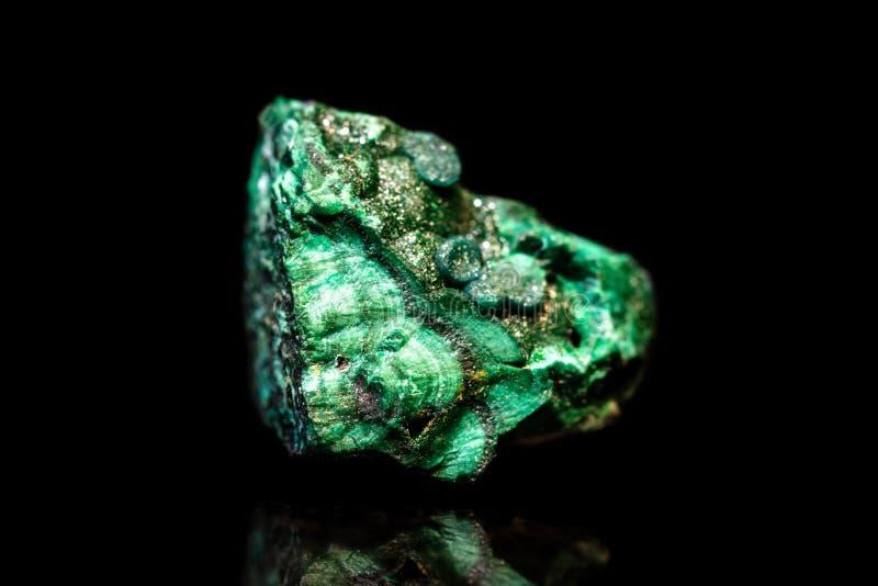 Pietra minerale della malachite verde davanti a fondo nero, natu fotografie stock