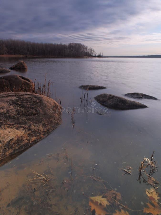 Pietra nel paesaggio dell'acqua immagini stock libere da diritti