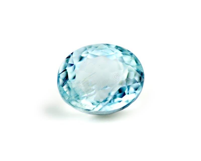 Pietra preziosa blu dell'acquamarina isolata su bianco immagine stock