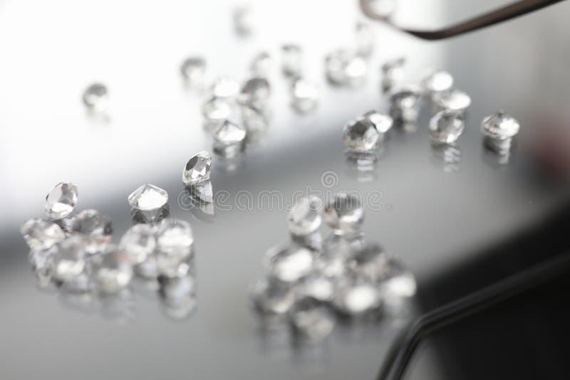 Pietra preziosa di vetro sul diamante trasparente di simbolo del fondo immagine stock