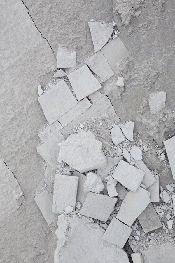 Pietra rotta della spiaggia in tonalità delle forme grige e geometriche immagine stock
