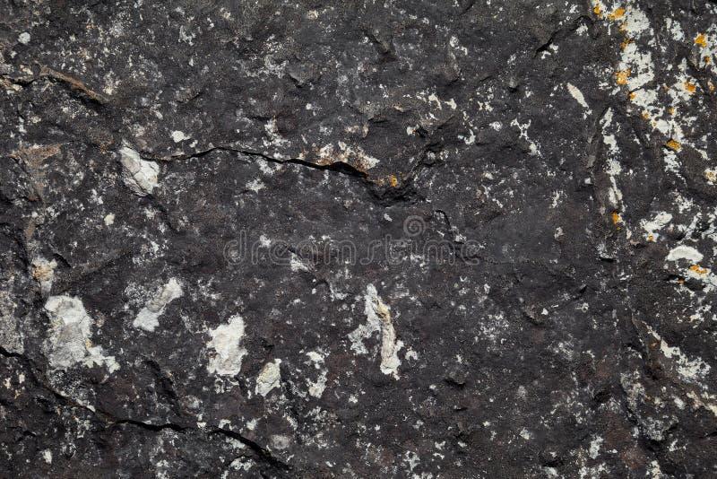 Pietra ruvida scura di struttura Sfondo naturale scuro fotografie stock libere da diritti