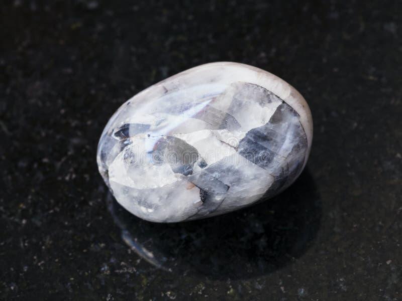 pietra ruzzolata di Tamerlane (quarzo ametista) su buio fotografie stock libere da diritti