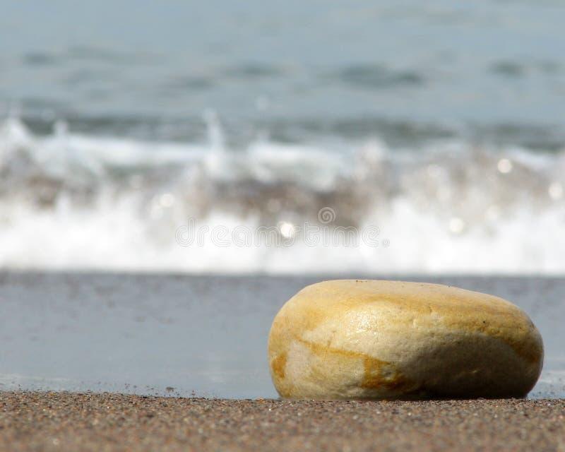 Pietra sulla spiaggia immagine stock