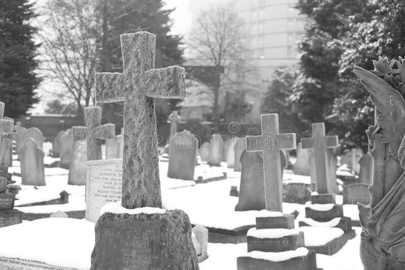 Pietra tombale nell'inverno fotografie stock