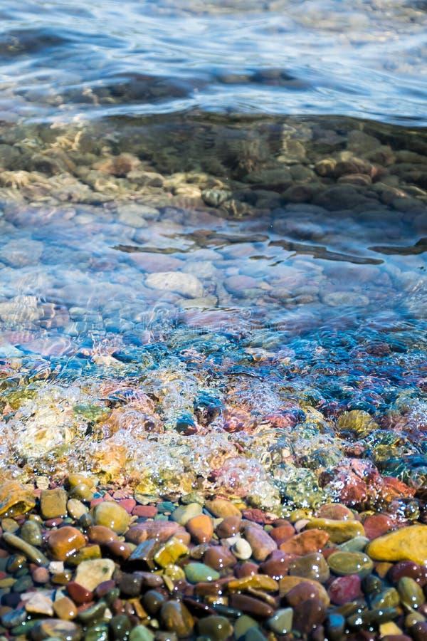 Pietra variopinta con acqua in Glacier National Park immagini stock libere da diritti
