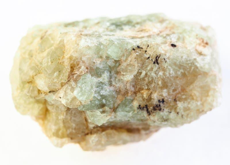 pietra verde ruvida del berillo (chrysoberyl) su bianco fotografie stock libere da diritti
