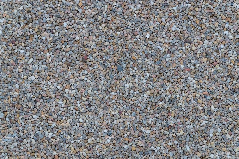 Pietre bianche della ghiaia del granito che pavimentano struttura della superficie del modello Primo piano di materiale esteriore fotografia stock libera da diritti