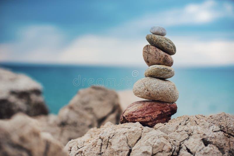 Pietre colorate di zen in mare ed il mare immagine stock libera da diritti