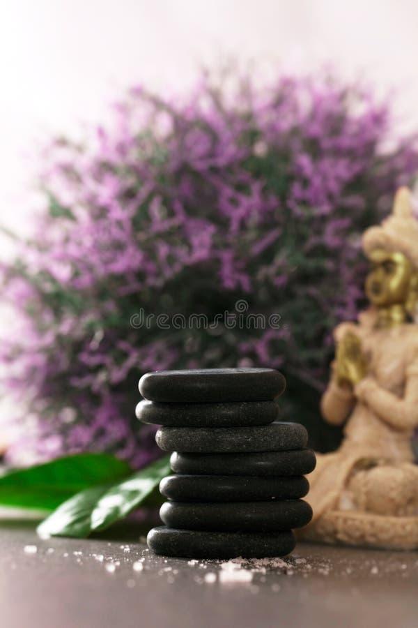 Pietre del basalto di massaggio della stazione termale fotografia stock