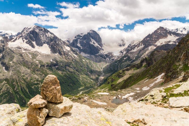 Pietre del cairn in montagne nella luce del giorno fotografia stock