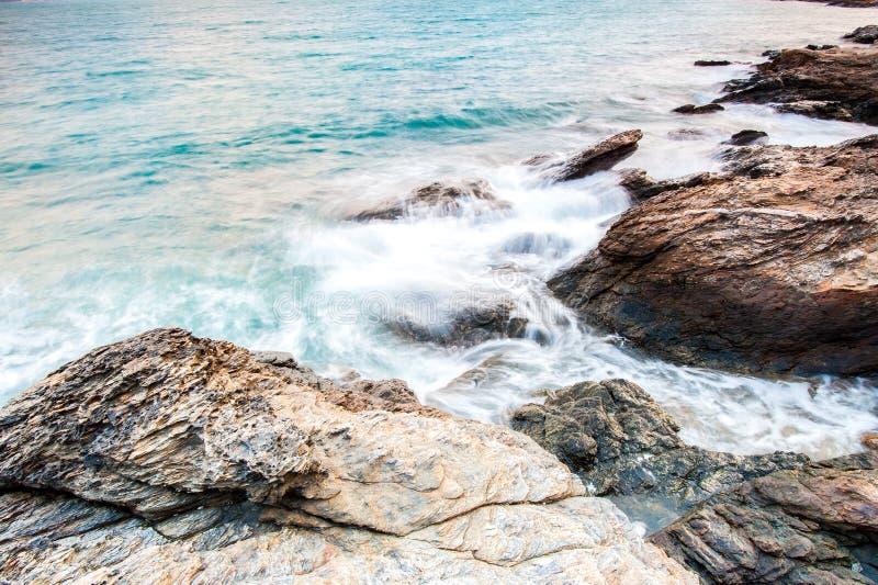 pietre del mare durante alla pioggia, parco nazionale di ya del laem di khao, provincia del rayong, Tailandia fotografia stock libera da diritti