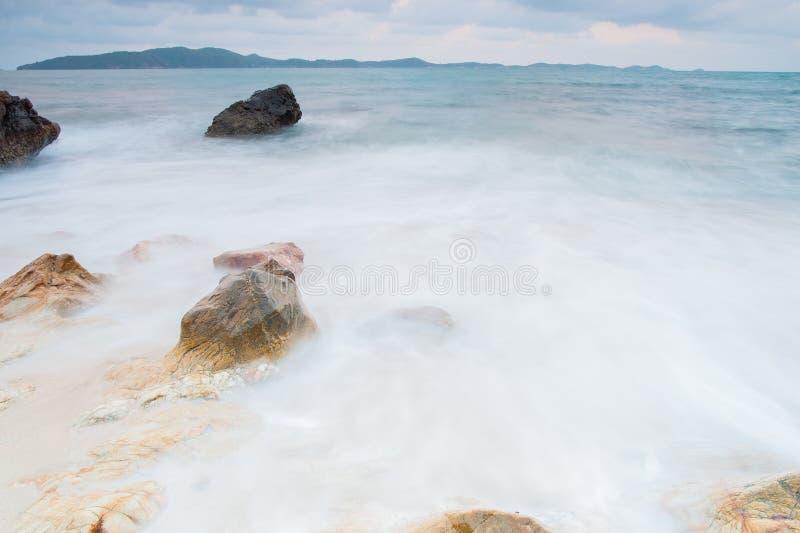 pietre del mare durante alla pioggia, parco nazionale di ya del laem di khao, provincia del rayong, Tailandia fotografie stock libere da diritti
