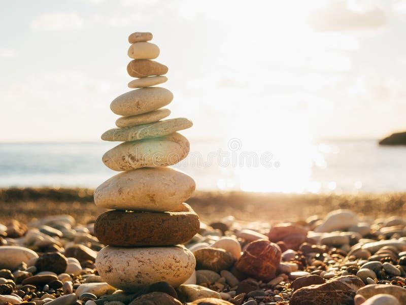 Pietre dell'equilibrio sulla spiaggia Pace dello spirito Vita di equilibrio Ca fotografia stock