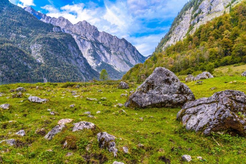 Pietre di Boulder in Koenigssee, Konigsee, parco nazionale di Berchtesgaden, Baviera, Germania fotografia stock libera da diritti