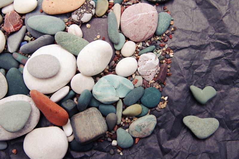 Pietre di colore del mare sotto forma di cuore fotografia stock
