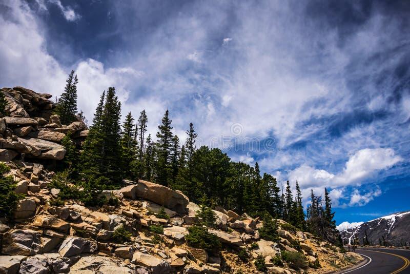 Pietre di Rocky Mountains e del cielo nuvoloso pittoresco fotografia stock