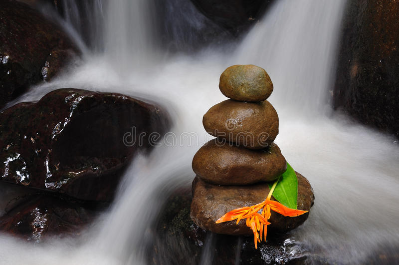 Pietre di zen con il fiore fotografie stock