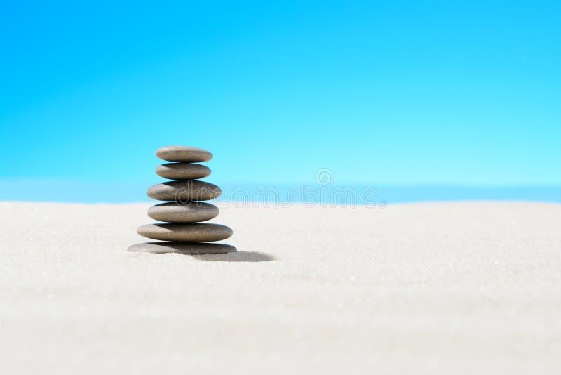 Pietre di zen sulla spiaggia sabbiosa fotografie stock libere da diritti