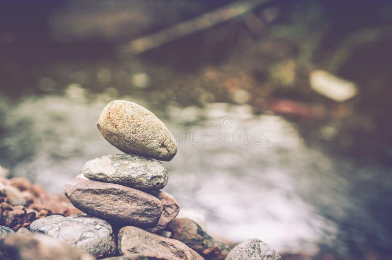 Pietre e cascata del basalto di zen fotografia stock libera da diritti