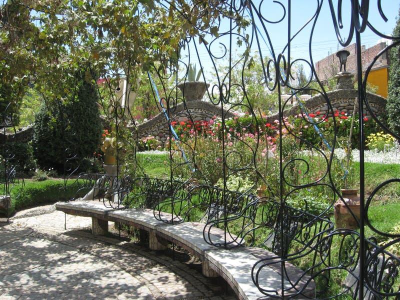 Pietre e fiori con il banco di parco da sedersi nel Perù fotografia stock libera da diritti