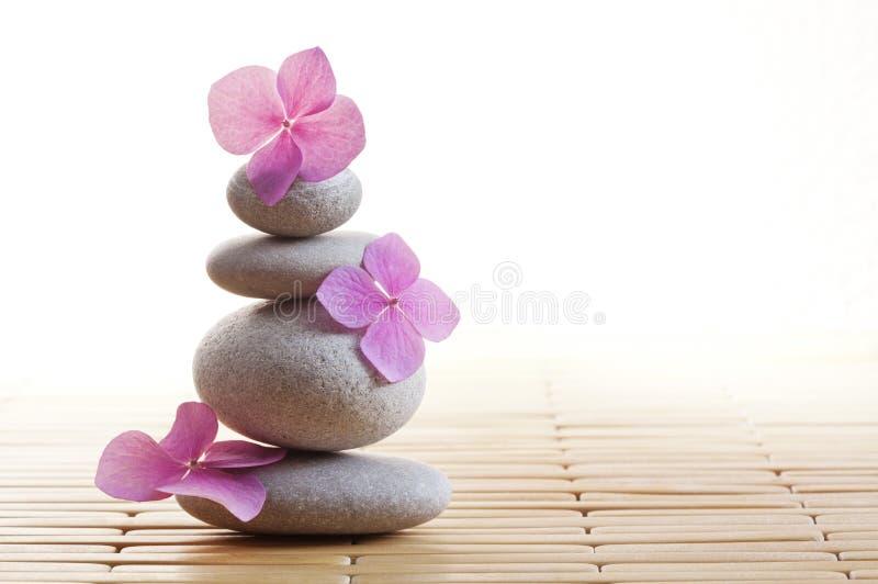 Pietre e fiori di zen fotografie stock libere da diritti