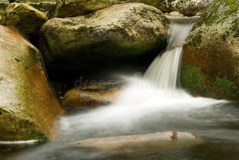 Download Pietre e fiume fotografia stock. Immagine di acqua, nave - 3875208