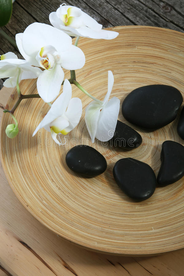 Pietre ed orchidee di massaggio della stazione termale fotografie stock libere da diritti