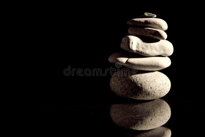 Download Pietre Equilibrate Sopra Il Nero Fotografia Stock - Immagine di isolato, ordine: 3889718