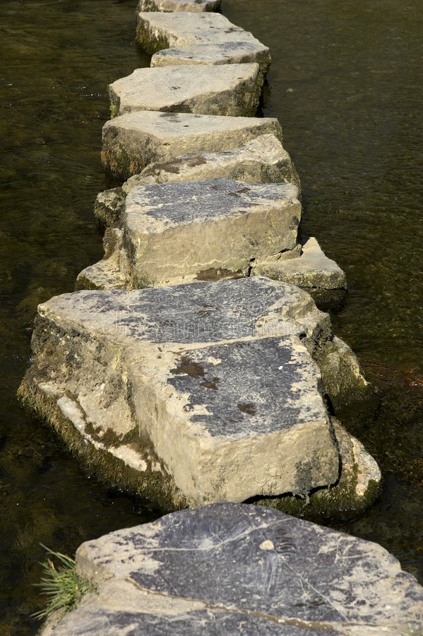 Pietre facenti un passo attraverso il fiume immagine stock libera da diritti
