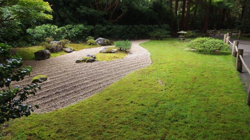 Pietre giapponesi e giardino verde con le piante fotografia stock