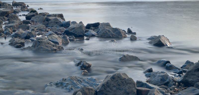 Pietre lunghe del fiume di esposizione fotografia stock libera da diritti