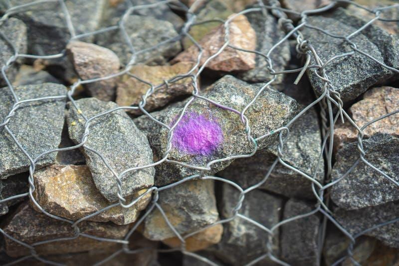 Pietre nel reticolato della maglia metallica, cavo Punto porpora come progettazione Priorit? bassa moderna immagine stock
