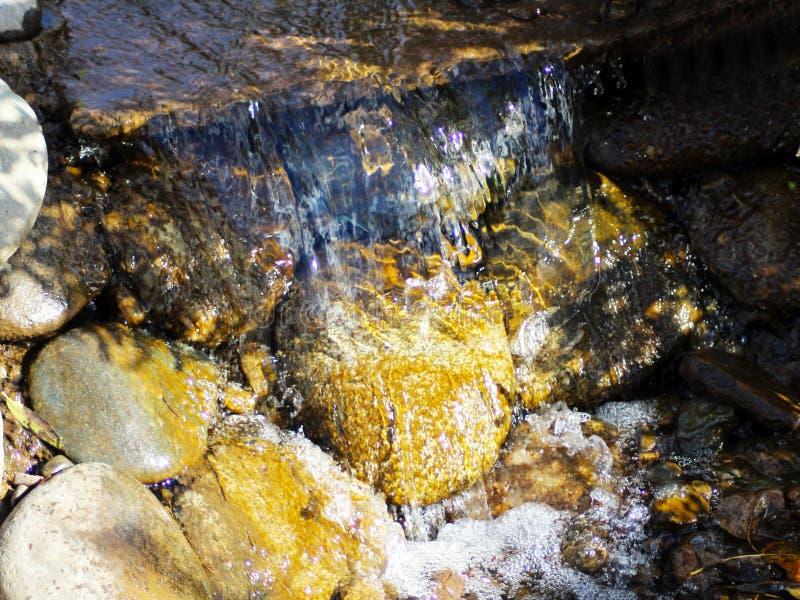 Pietre nell'ambito della superficie di acqua fotografie stock libere da diritti