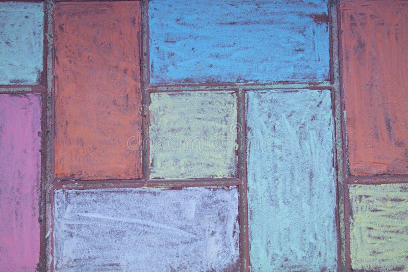 Pietre per lastricati della via dipinte con gesso Disegno di gesso dell'asfalto Mattonelle decorate con i pastelli, vista della v immagini stock