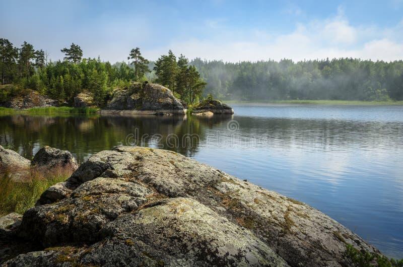 Pietre sopra le acque del lago fotografia stock