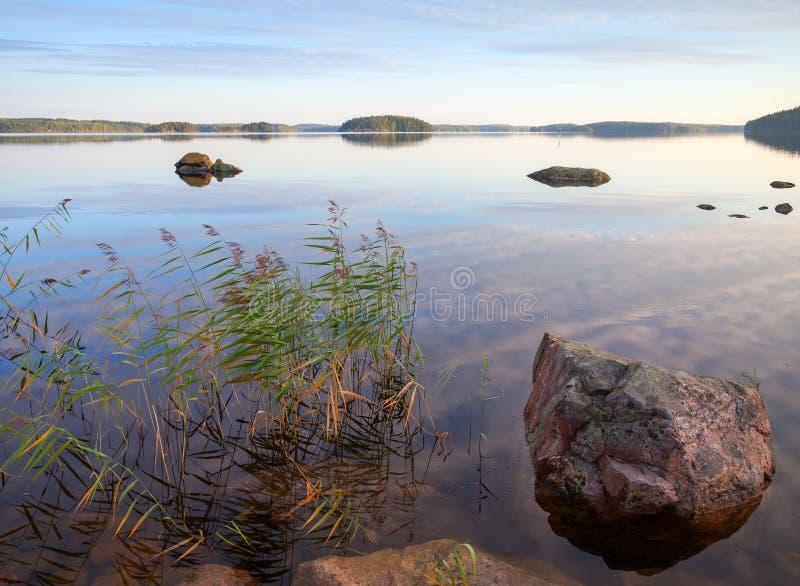 Pietre sul litorale del lago Saimaa fotografie stock
