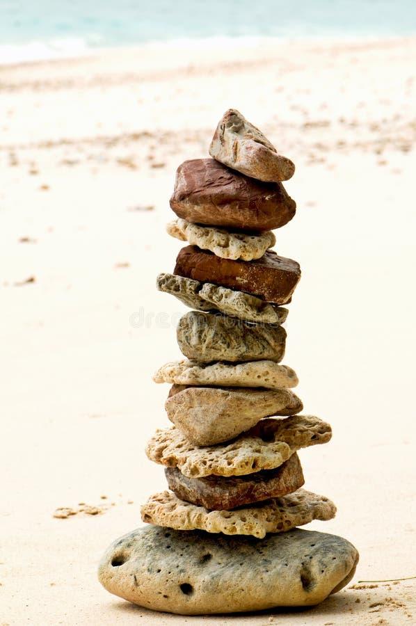 Pietre sulla spiaggia - benessere immagini stock