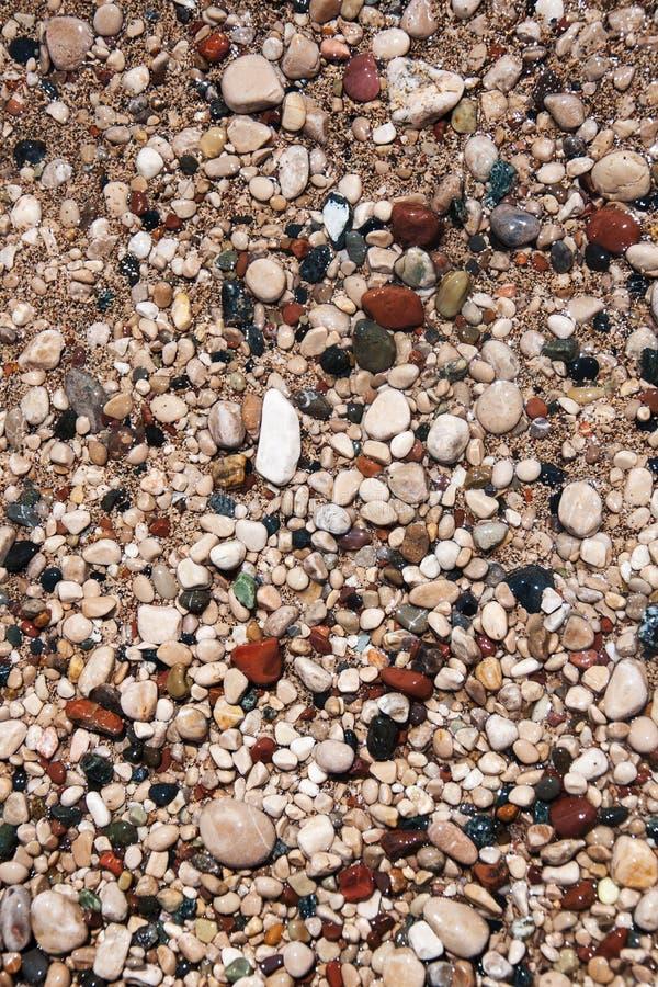 Pietre sulla spiaggia e sull'acqua di mare fotografia stock