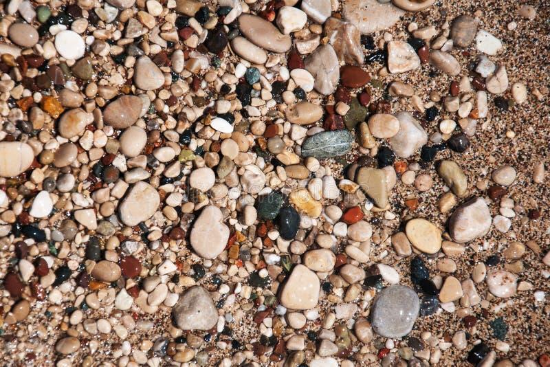 Pietre sulla spiaggia e sull'acqua di mare immagine stock libera da diritti