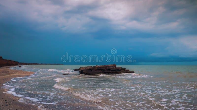 Pietre sulla spiaggia prima di una tempesta Nubi drammatiche fotografie stock