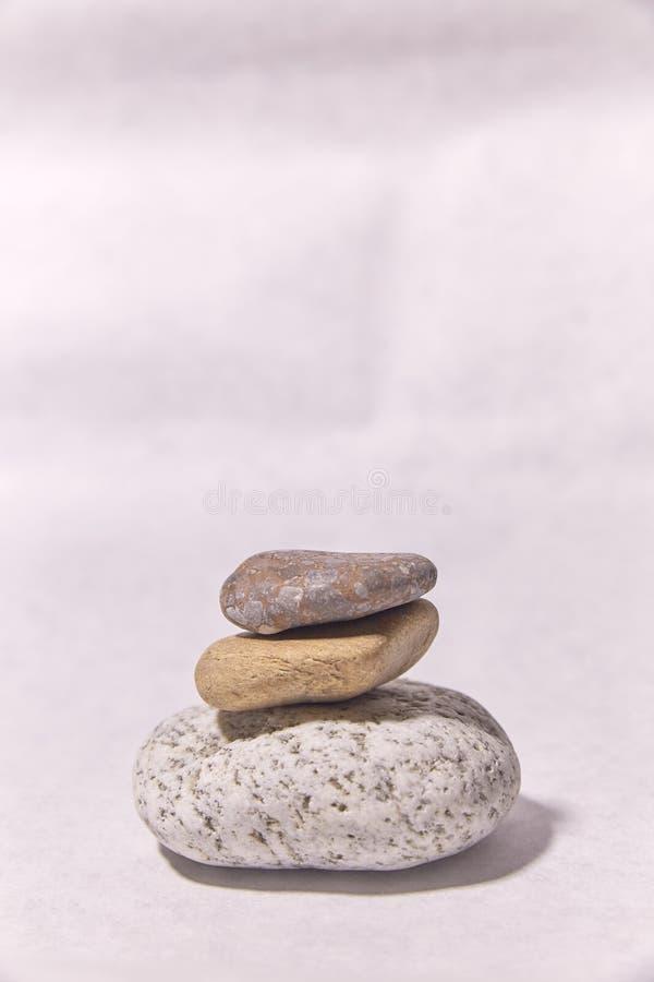 Pietre sulla superficie piccoli oggetti Piramide di pietra fotografia stock libera da diritti