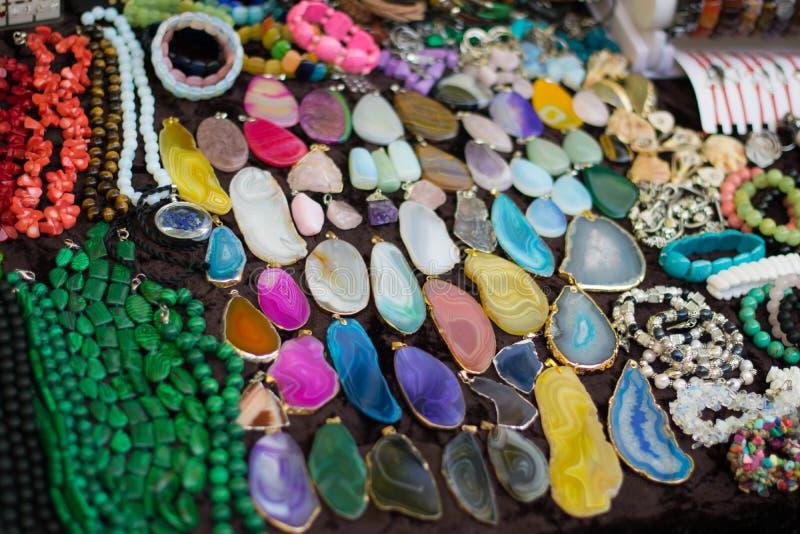 Pietre variopinte e gioielli per le donne fotografia stock