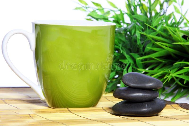 Pietre verdi di massaggio della stazione termale e della tazza fotografie stock libere da diritti