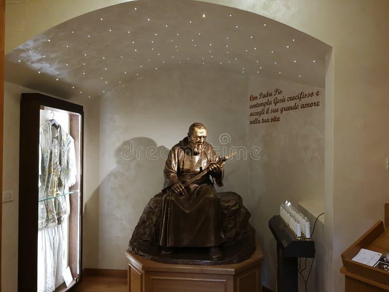 Pietrelcina - Aalmoezenier Pio in het heiligdom royalty-vrije stock afbeelding