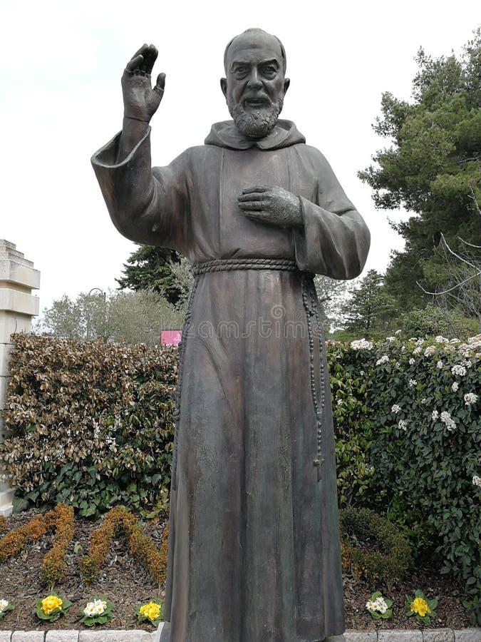 Pietrelcina - Standbeeld van Aalmoezenier Pio in Piana Romana royalty-vrije stock afbeeldingen